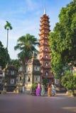 Hanoi, Vietnam - 23 Augustus, 2015: Werfpanorama van Tran Quoc-tempel met vrouwen die traditionele kleding Ao die Dai dragen te b Royalty-vrije Stock Foto's