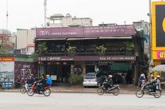 Hanoi, Vietnam - breng 15, 2015 in de war: Buiten vooraanzicht van nieuw modern model van autowasserette - koffie in de straat va Stock Afbeelding