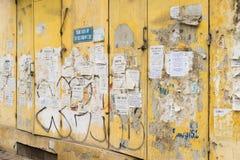Hanoi, Vietnam - breng 15, 2015 in de war: De reclame van document op elektrisch transformatorkabinet op de straat van Xa Dan, Ha Royalty-vrije Stock Afbeelding