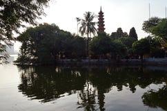 hanoi vietnam Chua Tran Quoc tempelträdgårdar och pagod arkivfoton