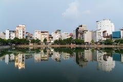 Hanoi, Vietnam - circa September 2015: Flatgebouwen rond meer in woonwijk van Hanoi, Vietnam Royalty-vrije Stock Foto's