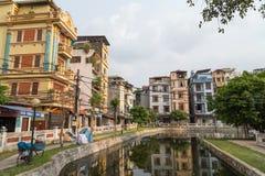 Hanoi, Vietnam - circa September 2015: Flatgebouwen in woonwijk van Hanoi, Vietnam Royalty-vrije Stock Foto's