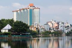 Hanoi, Vietnam - circa September 2015: Flatgebouwen in woonwijk van Hanoi, Vietnam Royalty-vrije Stock Afbeeldingen