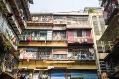 Hanoi, Vietnam - 24 de abril de 2016: Apartamento sucio viejo de la mala condición en la calle de Chua Boc, Hanoi Fotos de archivo libres de regalías