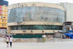 Hanoi, Vietnam - 28 de abril de 2015: Edificio viejo inusitado antes de demoler en la calle de Xuan Thuy Fotos de archivo