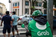 Hanoi, Vietnam - 15 de abril de 2018: El conductor del gancho agarrador espera a clientes en las calles de Hanoi fotografía de archivo libre de regalías