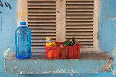 Hanoi, Vietnam - 5 de abril de 2015: Grupo de botellas de la bebida en la cesta colocada delante de ventana en fondo en la calle  Foto de archivo libre de regalías