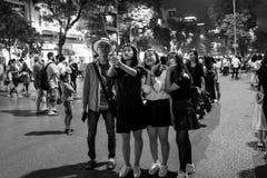 Hanoi, Vietnam - 13 de abril de 2018: La gente joven toma el selfie en el área tráfico-calmada de Hanoi fotografía de archivo