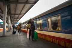 Hanoi, Vietnam - 26 de enero de 2017: Ferrocarril en la calle de Len Duan, Hanoi, Vietnam Fotografía de archivo libre de regalías