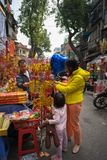 Hanoi, Vietnam - 26 de enero de 2017: La gente toma una decoración y una flor de compra del paseo por Año Nuevo lunar vietnamita  Imagen de archivo