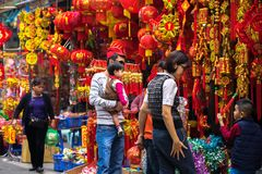 Hanoi, Vietnam - 26 de enero de 2017: La gente toma una decoración y una flor de compra del paseo por Año Nuevo lunar vietnamita  Imagenes de archivo