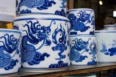 Hanoi, Vietnam - 25 de enero de 2015: Productos de la cerámica en una tienda en el pueblo de cerámica antiguo de Trang del palo E Imágenes de archivo libres de regalías
