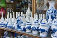 Hanoi, Vietnam - 25 de enero de 2015: Productos de la cerámica en una tienda en el pueblo de cerámica antiguo de Trang del palo E Imagenes de archivo