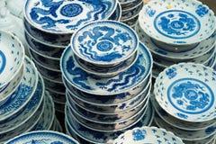 Hanoi, Vietnam - 25 de enero de 2015: Productos de la cerámica en una tienda en el pueblo de cerámica antiguo de Trang del palo E Imagen de archivo libre de regalías