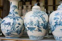 Hanoi, Vietnam - 25 de enero de 2015: Productos de la cerámica en una tienda en el pueblo de cerámica antiguo de Trang del palo E Foto de archivo