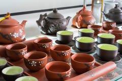 Hanoi, Vietnam - 25 de enero de 2015: Productos de la cerámica en una tienda en el pueblo de cerámica antiguo de Trang del palo E Fotografía de archivo libre de regalías