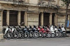 HANOI, VIETNAM - 26 DE FEBRERO DE 2017: Fila de parquear de las motocicletas Fotografía de archivo