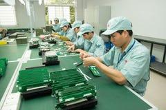 Hanoi, Vietnam - 13 de febrero de 2015: Trabajadores en la fabricación de componentes electrónicos en Vietnam Foto de archivo