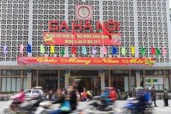 Hanoi, Vietnam - 15 de febrero de 2015: Vista exterior delantera de la estación de tren de los ferrocarriles de Hanoi en la calle Foto de archivo