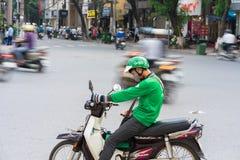 Hanoi, Vietnam - 7 de julio de 2017: Asga al cliente que espera del conductor de la moto para en la calle de Trieu de los vagos V Foto de archivo