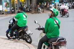 Hanoi, Vietnam - 7 de julio de 2017: Asga al cliente que espera del conductor de la moto para en la calle de Trieu de los vagos V Fotos de archivo libres de regalías