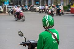Hanoi, Vietnam - 7 de julio de 2017: Asga al cliente que espera del conductor de la moto para en la calle de Trieu de los vagos V Imagenes de archivo