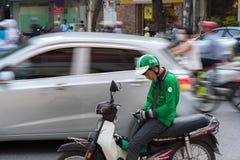 Hanoi, Vietnam - 7 de julio de 2017: Asga al cliente que espera del conductor de la moto para en la calle de Trieu de los vagos V Imagen de archivo libre de regalías