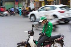 Hanoi, Vietnam - 7 de julio de 2017: Asga al cliente que espera del conductor de la moto para en la calle de Trieu de los vagos V Fotografía de archivo libre de regalías