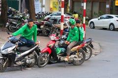 Hanoi, Vietnam - 7 de julio de 2017: Moto del palique driverswaiting para el cliente en la calle de Trieu de los vagos Vietnam en Foto de archivo