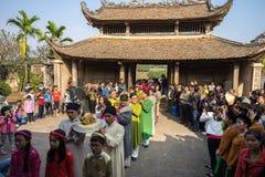 Hanoi, Vietnam - 22 de junio de 2017: Ritual de ofrecimiento del incienso tradicional durante el día de fiesta lunar de Tet del A Imágenes de archivo libres de regalías