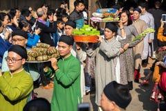 Hanoi, Vietnam - 22 de junio de 2017: Ritual de ofrecimiento del incienso tradicional durante el día de fiesta lunar de Tet del A Imagen de archivo