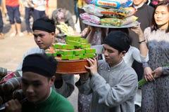 Hanoi, Vietnam - 22 de junio de 2017: Ritual de ofrecimiento del incienso tradicional durante el día de fiesta lunar de Tet del A Fotografía de archivo