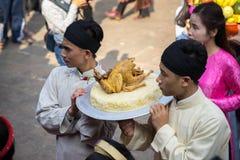 Hanoi, Vietnam - 22 de junio de 2017: Ritual de ofrecimiento del incienso tradicional durante el día de fiesta lunar de Tet del A Imagen de archivo libre de regalías