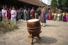 Hanoi, Vietnam - 22 de junio de 2017: Tambor tradicional, instrumento para el día de fiesta popular en casa comunal en tan el pue Imagen de archivo libre de regalías