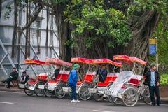 Hanoi, Vietnam 13 de marzo:: Ciclo está el triciclo del pasajero en Hanoi prendido Imagen de archivo libre de regalías