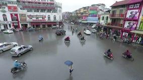 Hanoi, Vietnam - 7 de marzo de 2015: Tráfico por carretera en Hanoi metrajes