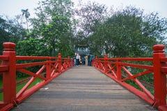 Hanoi, Vietnam 13 de marzo:: Ho Hoan Kiem o el puente de Huc en Ngoc S Foto de archivo libre de regalías