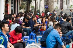 Hanoi, Vietnam - 15 de marzo de 2015: Parada en la calle de Hoan Kiem - la calle más corta del té de Hanoi La gente se sienta en  Fotos de archivo libres de regalías