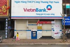 Hanoi, Vietnam - 15 de marzo de 2015: Vista delantera exterior de Vietinbank en calle de la XA Dan Es uno del comme propiedad del Imagen de archivo libre de regalías