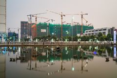 Hanoi, Vietnam - 10 de mayo de 2016: Debajo de edificios de la construcción con la reflexión en del período la ciudad crepuscular imagenes de archivo