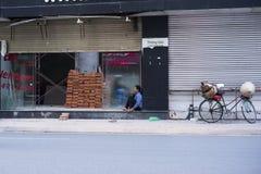 Hanoi, Vietnam 25 de mayo: La mujer no identificada tiene charla del teléfono móvil en tiempo de la rotura en la calle el 25 de m Foto de archivo