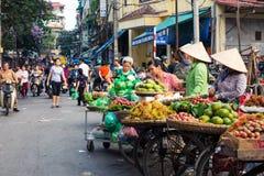 HANOI, VIETNAM - 22 DE MAYO DE 2017: Mujer que vende la fruta tropical en a Imágenes de archivo libres de regalías