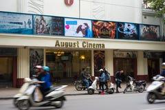 Hanoi, Vietnam - 16 de noviembre de 2014: August Cinema, muy el viejo cine, situado en la calle de Hang Bai, minuto 5 lejos del l fotos de archivo