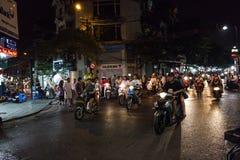 HANOI, VIETNAM, - 10 DE OCTUBRE DE 2016: Tráfico ocupado de la moto en th Fotografía de archivo