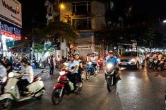 HANOI, VIETNAM, - 10 DE OCTUBRE DE 2016: Tráfico ocupado de la moto en th Fotografía de archivo libre de regalías