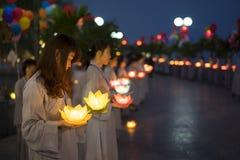 Hanoi, Vietnam - 10 de octubre de 2014: Los budistas sostienen las guirnaldas de la flor y las linternas coloreadas para celebrar Foto de archivo libre de regalías