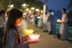 Hanoi, Vietnam - 10 de octubre de 2014: Los budistas sostienen las guirnaldas de la flor y las linternas coloreadas para celebrar Imagenes de archivo