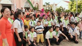 HANOI, VIETNAM - 13 DE OCTUBRE DE 2016: Una reunión alegre de católicos con el obispo en Vietnam Una foto común para almacen de video