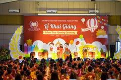 Hanoi, Vietnam - 4 de septiembre de 2016: La ceremonia de inauguración del nuevo año escolar en Vinschool mide el tiempo de la ci Imagen de archivo
