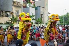 Hanoi, Vietnam - 25 de septiembre de 2015: Una demostración de león de la danza del complejo de la ciudad a veces en mediados de  Fotos de archivo libres de regalías
